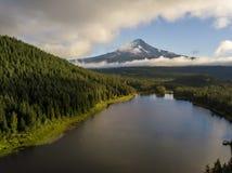 Mt Capa e floresta através do lago Trillium em Oregon imagem de stock