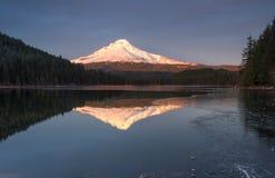 Mt Capa e lago Trillium foto de stock