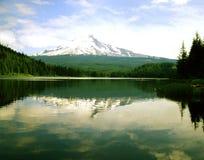 Mt. Capa e lago Trillium Fotos de Stock Royalty Free