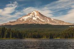 Mt Capot de l'autre côté de lac Trillium en Orégon image stock