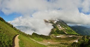 MT Cheam de wandelingsslepen, Dame Peak is op de achtergrond Royalty-vrije Stock Fotografie