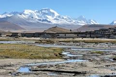 Mt.Cho Oyu en Dorp Stock Afbeeldingen