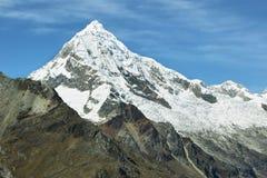 Mt Chopicalqui dalla traccia di Laguna 69, Perù Fotografia Stock