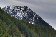 Mt Dżdżysty niski śnieżny spadek na pobliskim szczytami zdjęcie royalty free