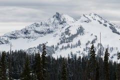 Mt Dżdżysty niski śnieżny spadek na pobliskim szczytami obrazy royalty free