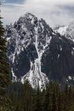 Mt Dżdżysty niski śnieżny spadek na pobliskim szczytami zdjęcie stock