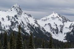 Mt Dżdżysty niski śnieżny spadek na pobliskim szczytami fotografia royalty free