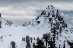 Mt Dżdżysty niski śnieżny spadek na pobliskim szczytami obraz royalty free