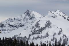 Mt Dżdżysty niski śnieżny spadek na pobliskim szczytami fotografia stock