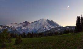 Mt Dżdżysty przy półmrokiem zdjęcie royalty free