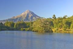 Mt Egmond y lago Mangamahoe imagen de archivo libre de regalías