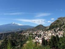 Mt. Etna over de stad van Taormina Stock Fotografie