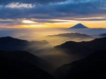 Mt Fuji över misten efter soluppgång royaltyfria foton