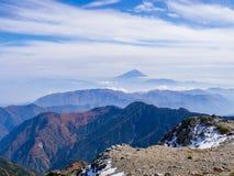 Mt Fuji über dem Nebel und dem Gebirgsrücken Lizenzfreies Stockbild