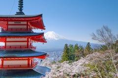 Mt Fuji avec la pagoda rouge en automne, Fujiyoshida, Japon photos libres de droits