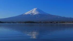 Mt Fuji avec le ciel bleu du lac Kawaguchi Japon banque de vidéos