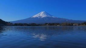 """Mt Fuji avec le ciel bleu du lac Kawaguchi Japon """"Ubuyagasaki """" banque de vidéos"""