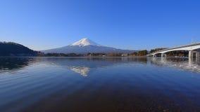 "Mt Fuji avec le ciel bleu du panorama large de Kawaguchi Japon de lac ""Ubuyagasaki "" banque de vidéos"