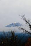Mt Fuji bakgrund av molnigt Arkivfoton