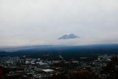 Mt Fuji bakgrund av molnigt Arkivbild