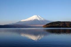Mt. Fuji bij Meer Yamanaka Stock Afbeelding