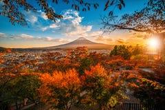 Mt Fuji com a folha vermelha no outono no por do sol em Fujiyoshida, Japão fotografia de stock royalty free