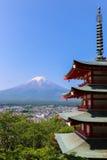 Mt Fuji com o pagode de Chureito no verão foto de stock