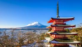 Mt Fuji com o pagode no inverno, Fujiyoshida de Chureito, Japão Imagens de Stock Royalty Free