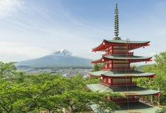 Mt Fuji com o pagode vermelho na mola, Fujiyoshida, Japão fotografia de stock