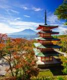 Mt Fuji com pagode de Chureito, Fujiyoshida, Japão fotografia de stock