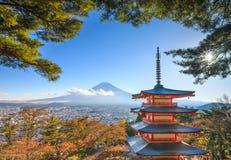Mt Fuji com pagode de Chureito, Fujiyoshida, Japão imagens de stock