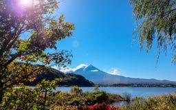 Mt Fuji con la llamarada fotos de archivo