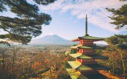 Mt Fuji con la pagoda roja foto de archivo