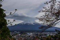 Mt Fuji contre la ville de kawaguchiko Photos stock