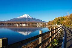 MT Fuji in de vroege ochtend met bezinning over het meer Yamanaka, Japan stock foto's