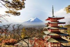 MT Fuji die van achter Pagode Chureito wordt bekeken Royalty-vrije Stock Foto's