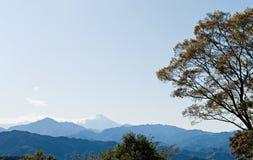Mt Fuji dietro la serie di montagne Immagini Stock
