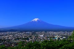 Mt Fuji do céu azul da cidade Japão de Fujiyoshida foto de stock royalty free