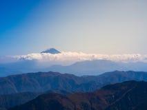 Mt Fuji durch die dichte glänzende Wolke mit dem blauen Himmel Stockfotografie