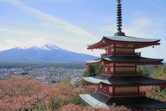 Mt Fuji e flores de cerejeira com o pagode cinco contado fotografia de stock royalty free