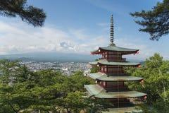Mt Fuji e pagode vermelho nas horas de verão, Fujiyoshida, Japão Fotos de Stock Royalty Free