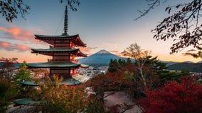 MT Fuji en Chureito-Pagode en rood blad in de herfst op zonsondergang in Fujiyosh stock footage