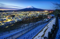 MT Fuji en Fujiyoshida-stad bij schemering, Japan Stock Fotografie