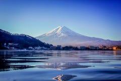 Mt Fuji en la madrugada con la reflexión en el kawaguchiko del lago Fotografía de archivo libre de regalías