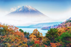 Mt Fuji en la opinión del panorama del otoño Foto de archivo