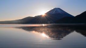 Mt Fuji et lever de soleil de lac Motosu banque de vidéos