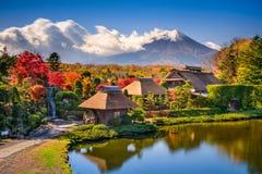 Mt Fuji et village traditionnel image libre de droits
