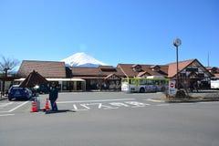 Mt Fuji FUJIKAWAGUCHIKO, JAPÓN - 16 de marzo de 2016: Un stati ferroviario Imagenes de archivo