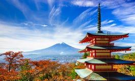 Mt Fuji med den Chureito pagoden, Fujiyoshida, Japan Royaltyfria Foton