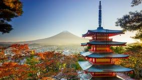Mt Fuji med den Chureito pagoden, Fujiyoshida, Japan Arkivbilder